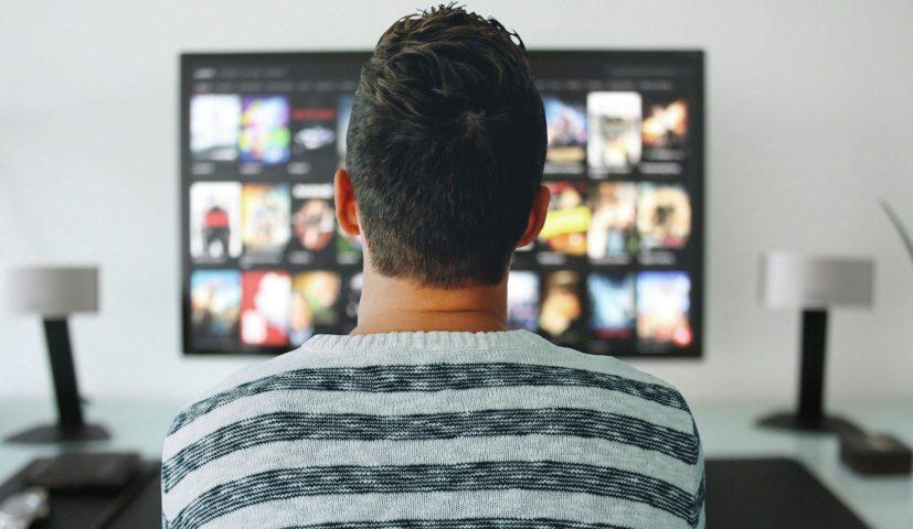 Homem assistindo conteúdo